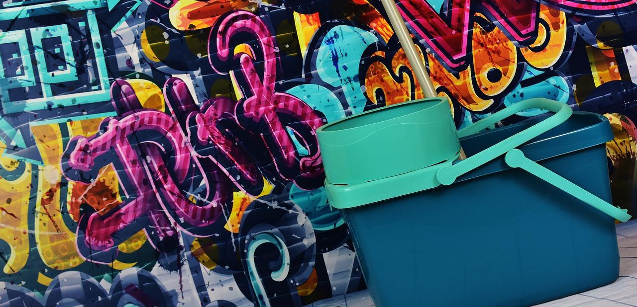 Usuwanie graffiti z powierzchni zabezpieczonej