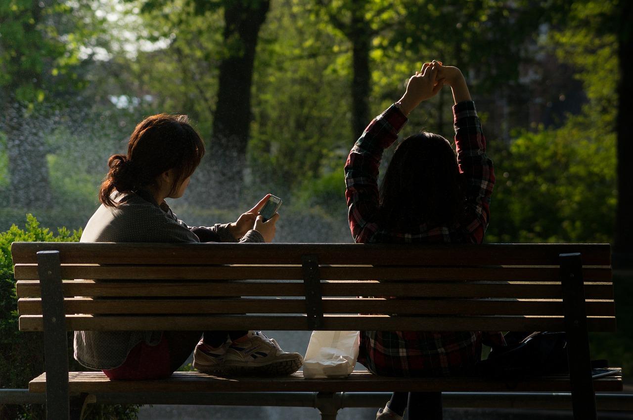zarażone dziewczyny w parku rosiewają wirusa