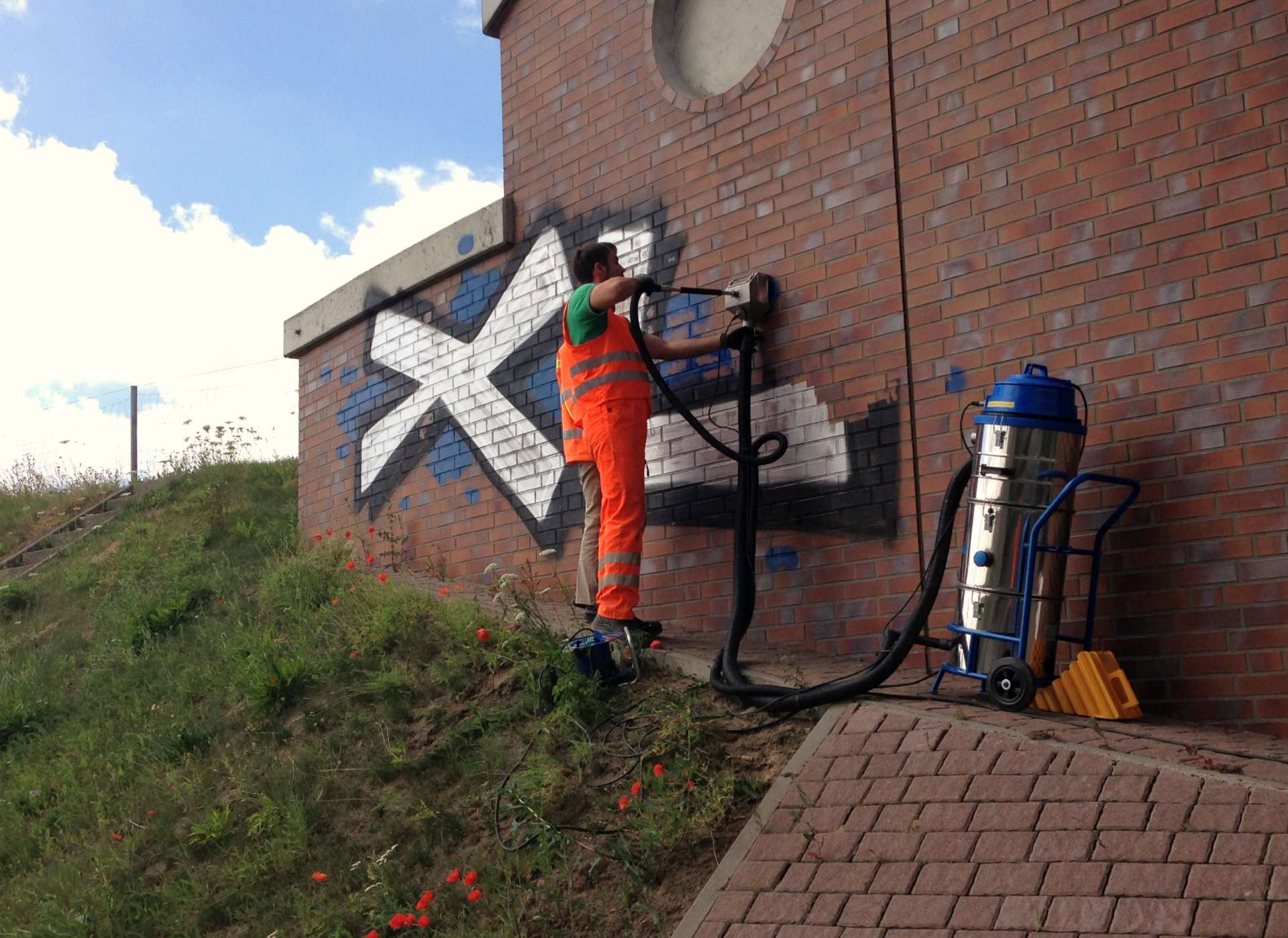 Jak usunąć graffiti? Bezchemii, wody iwysokiego ciśnienia? Tornado ACS