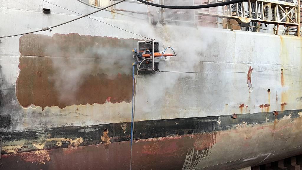 robot piaskujący podczas pracy