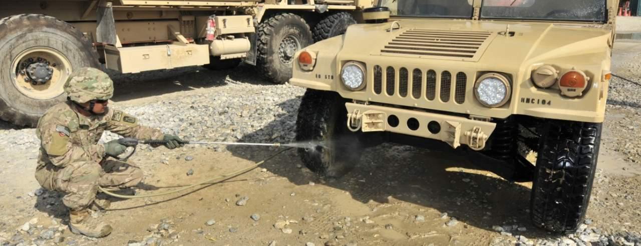 komandos myjący jeepa