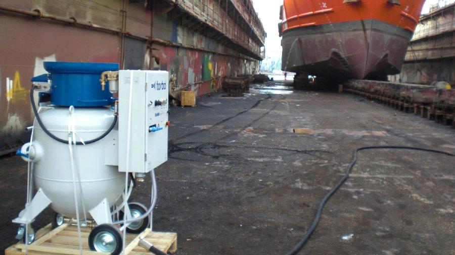 Torbo podczas czyszczenia kadłuba statku wNiemczech